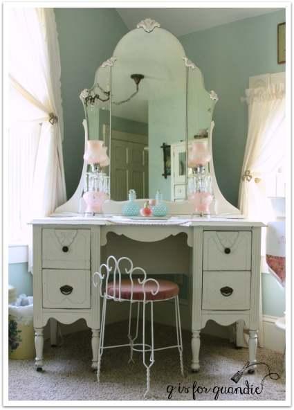 girls room vanity